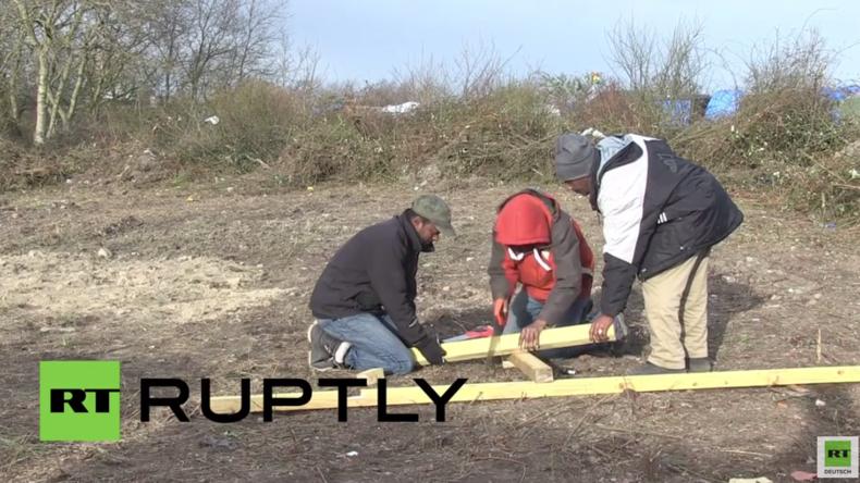 Calais: Flüchtlinge beginnen mit Kirchenneubau nach Abriss durch Behörden