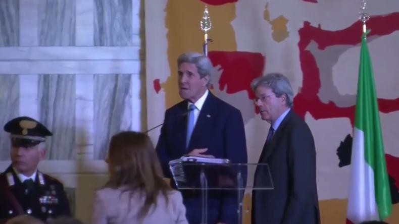 """Demonstrantin stört Pressekonferenz von John Kerry: """"Ihr habt den IS erschaffen!"""""""