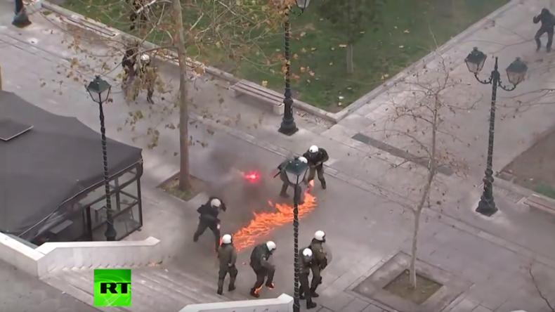 Generalstreik in Athen: Wütende Protestler attackieren Polizisten mit Benzinbomben und Steinen