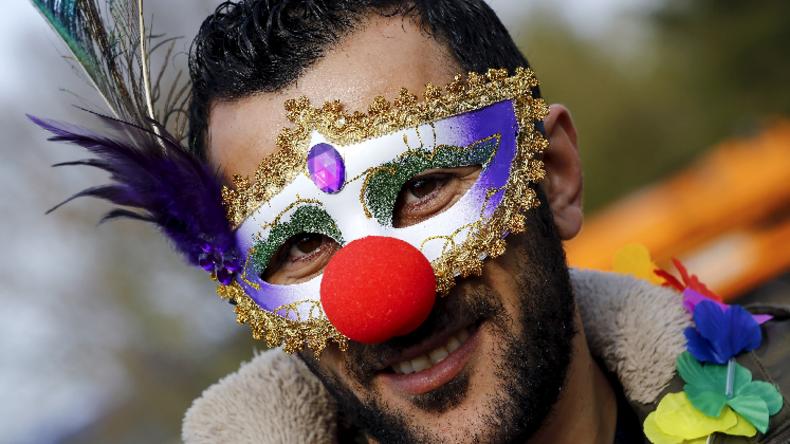 Manche nehmen's mit Humor: Syrischer Flüchtling beim Karnevall in Mettmann