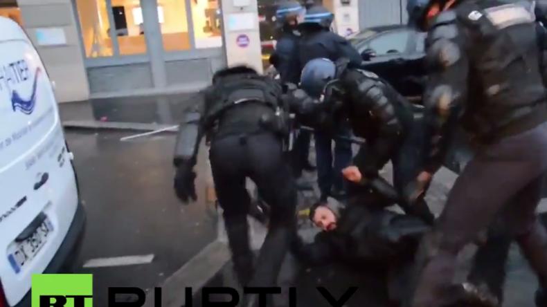 Paris: Polizei geht nach Zusammenstößen brutal gegen pro-kurdische Demonstranten vor