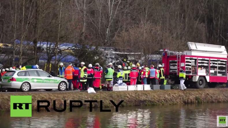 Live: Seehofer besucht Unfallstelle nach tödlicher Frontalkollision von zwei Zügen in Bad Aibling