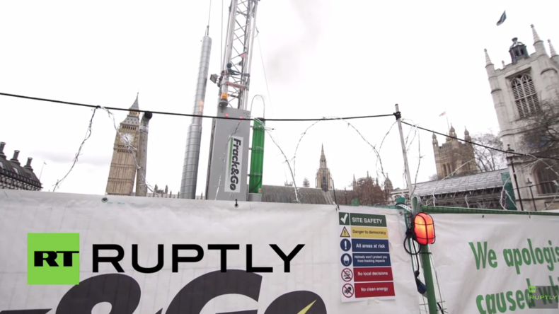 England: Aktivisten errichten Fake-Fracking-Station am britischen Parlament