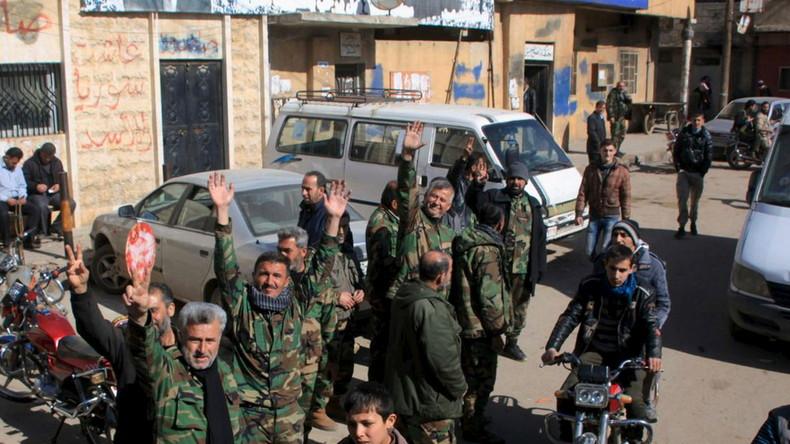 Soldaten der regulären syrischen Armee feiern die Befreiung von Nubul und Zahraa im Norden von Aleppo. am 4.  Februar 2016.
