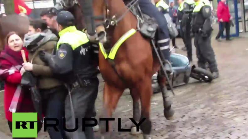Niederlande: Türkischer Ministerpräsident zu Besuch in Den Haag – Polizei vertreibt Protestler