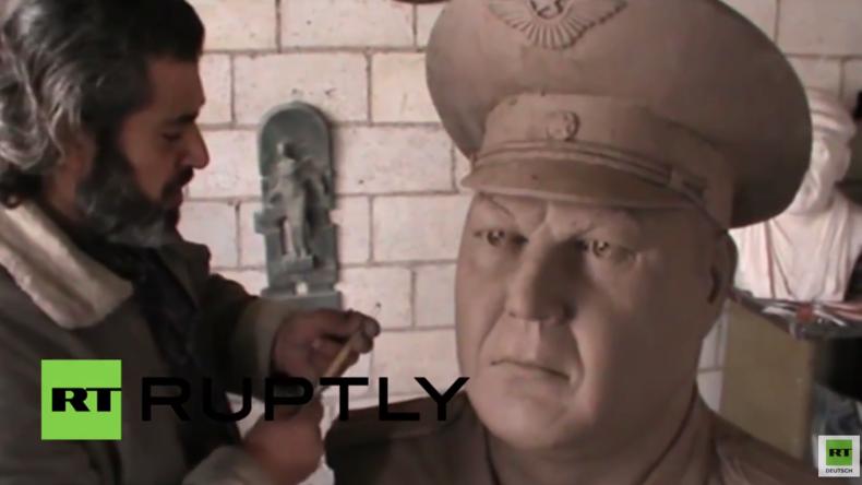 """Syrien: """"Danke Russland"""" - Künstler aus Homs formt Büste vom ermordeten russischen Su24-Piloten"""
