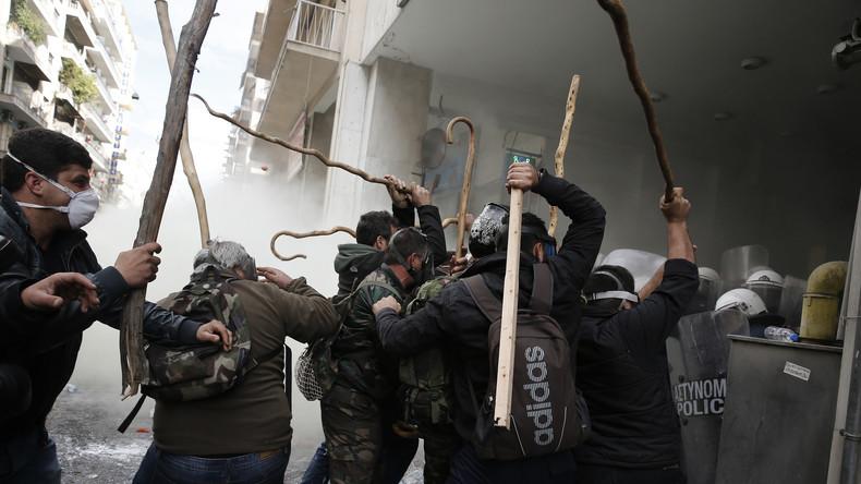 800 griechische Bauern stürmen Landwirtschaftsministerium in Athen - Polizei setzt Tränengas ein
