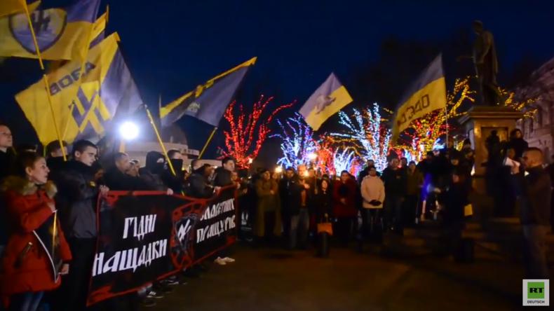Rechtsradikale veranstalten Fackelmarsch zu Ehren der gefallenen Asow-Kämpfer durch Odessa