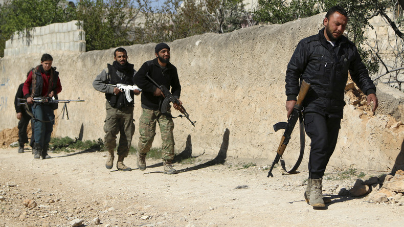 """Kämpfer der """"Freien Syrischen Armee"""" mit ihren Waffen in dem Ort Azaz im Norden von Aleppo an der Grenze zur Türkei, März 2014."""