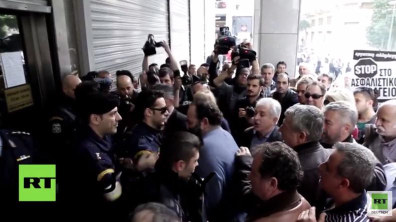 Griechenland, ein gebeuteltes Volk: Wütende Demonstranten versuchen Finanzministerium zu stürmen