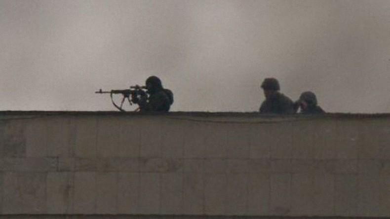Scharfschützen auf einem Hausdach unmittelbar am Rande des Maidan-Platzes am 20. Februar 2014. Bild: ukraineanalysis.wordpress.com