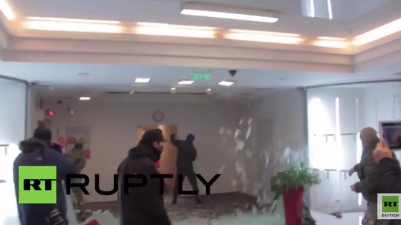 Ukraine: Rechtsextreme stürmen und zerstören russische Alfa-Bank in Kiew