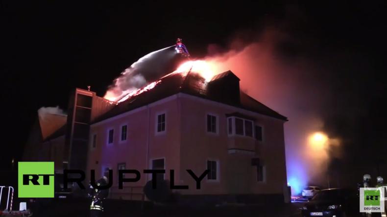 Bautzen: Jubel und Hinderung an Löscharbeiten an brennender Flüchtlingsunterkunft nach Brandstiftung