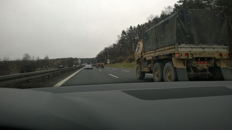 Augenzeuge zu RT Deutsch: Militärkolonne aus 50 LKWs ohne Hoheits-Kennzeichen bei Dresden unterwegs