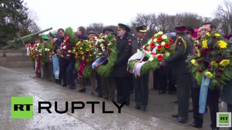 Berlin: Russischer Botschafter und Militärs legen Kränze am sowjetischen Ehrenmal nieder
