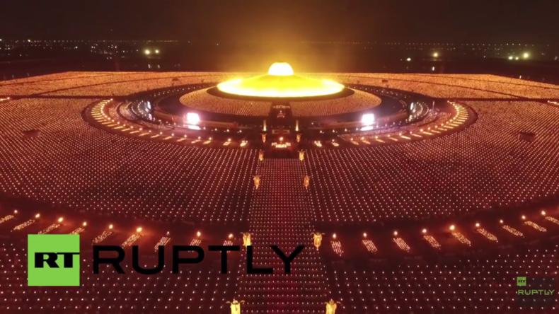 Thailand: Buddhistische Mönche zelebrieren Vollmond-Festival mit Tausenden Laternen und Lichtern