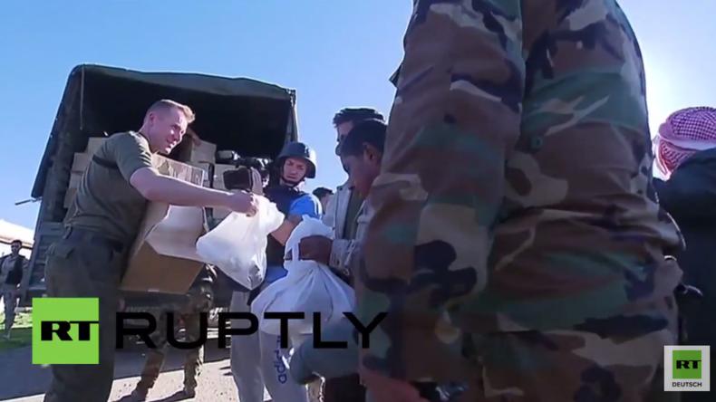 Syrien: Russische Soldaten verteilen an Menschen aus der Provinz von Homs humanitäre Hilfe