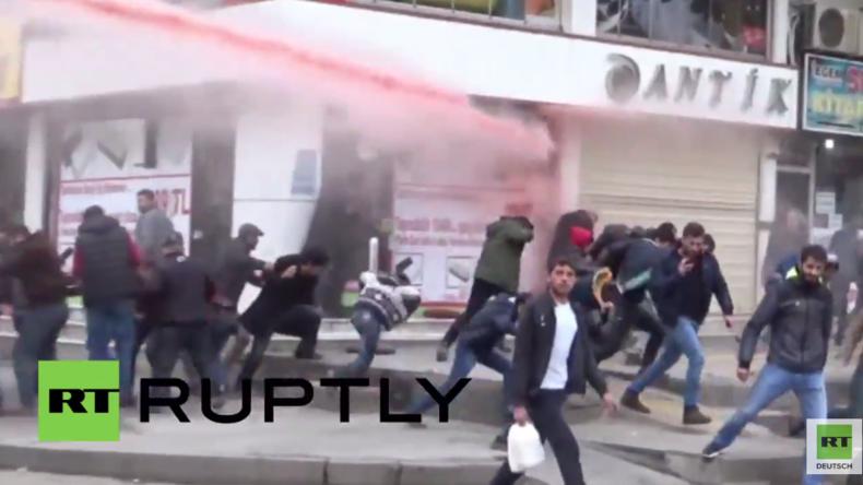 Türkei - Krieg gegen Kurden: Polizei macht mit Wasserwerfern Jagd auf Demonstranten in Diyarbakir