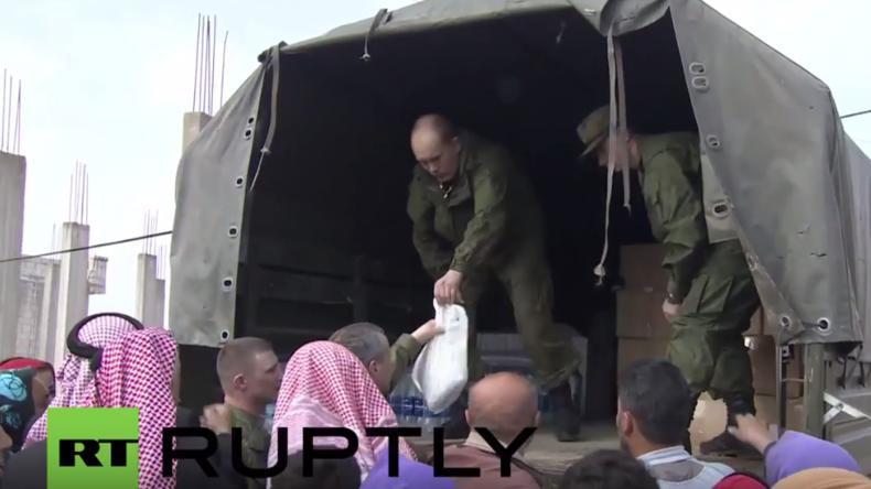 Syrien: Russische Soldaten verteilen Hilfspakete überall im Land
