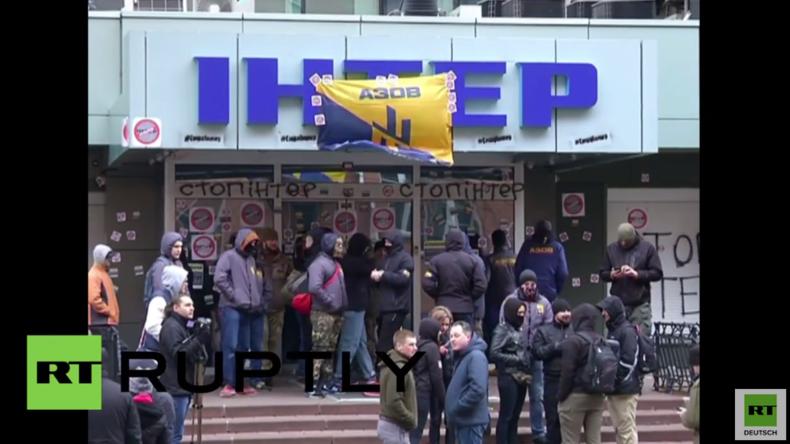 "Kiew: ""Kreml-Propaganda"" - Anhänger des rechtsradikalen Asow-Batallions belagern TV-Sender"