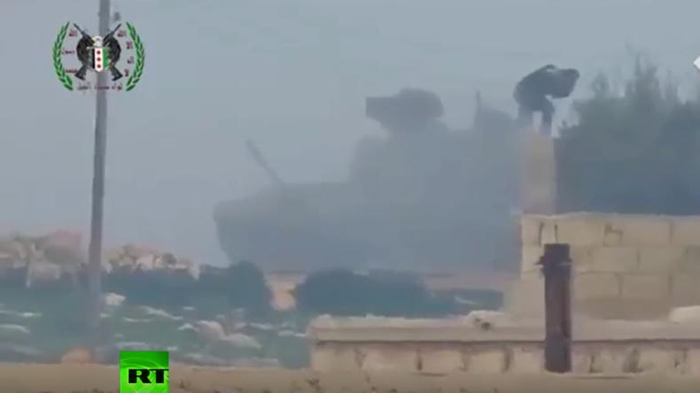 US-TOW-Rakete gegen russischen T-90 Panzer – Crewmitglied steigt nach Volltreffer einfach aus