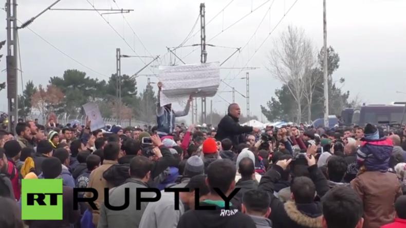 Live von der griechisch-mazedonischen Grenze, an der Tausende Flüchtlinge ausharren