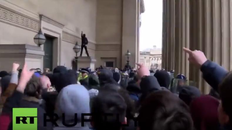 England: Antifaschisten stoßen auf Neonazis vor dem Rathaus in Liverpool