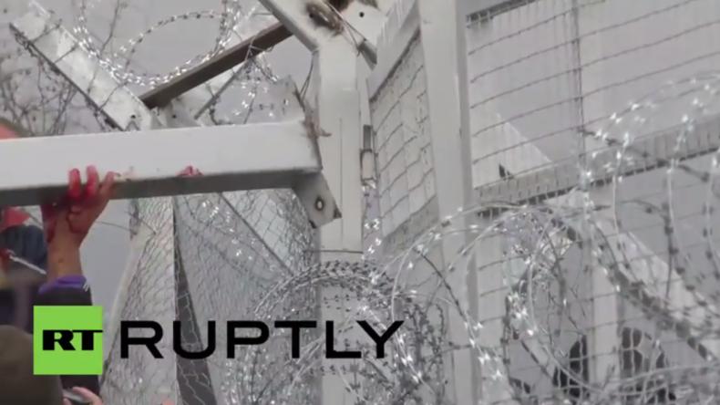 In Idomeni kippt die Stimmung: Flüchtlinge stürmen Grenze – Polizei reagiert mit Tränengasgeschossen