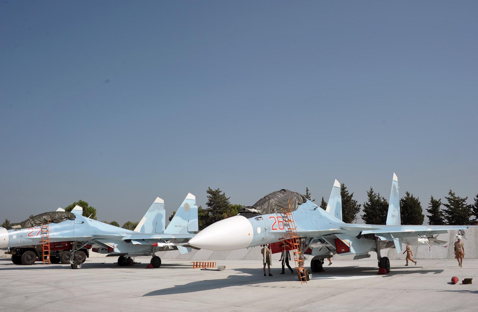 Zwei Kampfflugzeuge vom Typ Su-30, die in der russischen Luftwaffenbasis im syrischen Hmeimim für eine Mission gewartet werden.