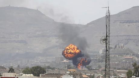Feuerball in der jemenitischen Hauptstadt Sanaa nach einem Angriff saudischer Bomber