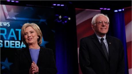 Die Präsidentschaftskandidaten der Demokraten: ex-Außenministerin Hillary Clinton und Senator Bernie Sanders vor Beginn einer öffentlichen Debatte am 17. Januar in Charleston.