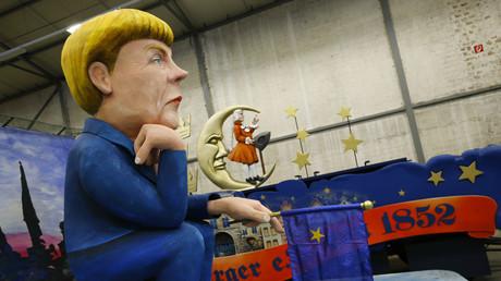 Kölner Karneval? Wir schaffen das! - Angela Merkel-Figur eines Umzugswagens