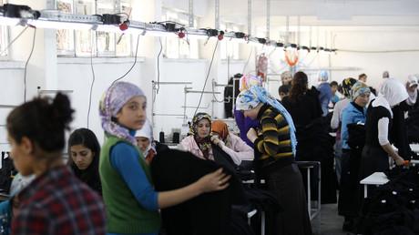 Arbeitende Frauen in einer türkischen Textilfabrik
