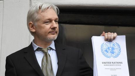 Julian Assange mit einem aktuellen UN-Bericht, der das Botschaftsasyl des Australiers als rechtswidrige Festsetzung bewertet