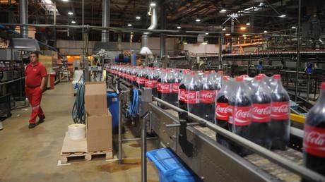 Einheimische wie ausländische Softdrinks werden wohl bald teuerer. Produktionsanlage von Coca-Cola in Moskau