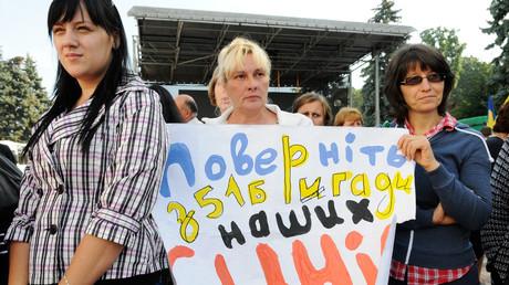 Reicht für einen Prozess wegen Landesverrats: Demonstranten vor dem Parlamentsgebäude in Kiew. Ihr Transparent sagt: