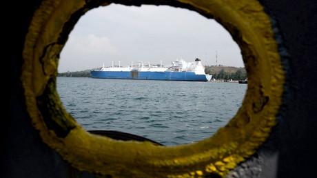 LNG-Tankschiff in einem asiatischen Hafen