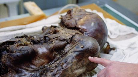 Ein Wissenschaftler zeigt die Tätowierung der 24-jährigen Frau, die 1993 im Altai-Gebirge gefunden wurde.
