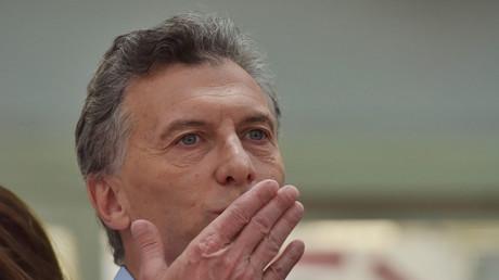 Mauricio Macri, der neue Präsident von Argentinien. Handküsse gibt es nur für die argentinische Oberschicht, für den Rest Repression und Massenentlassungen.