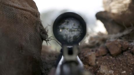 Blick durch das Zielfernrohr eines