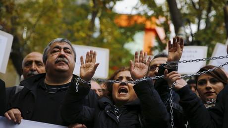 Demonstration gegen die Verhaftung der Journalisten Can Dundar und Erdem Gul in Ankara, Türkei, im November 2015.