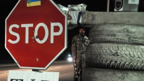 Checkpoint ukrainischer Aktivisten in Lemberg, die seit Wochen russische LKWs, die aus der EU kommen, in der Westukraine blockieren