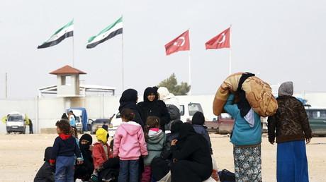 Syrische Flüchtlinge in der nord-syrischen Grenzstadt Azaz, Grenzübergang Bab al-Salam, 6. Februar 2016