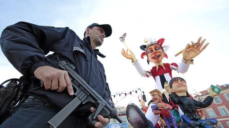 Polizisten in Paris am Rande einer Karnevalsveranstaltung