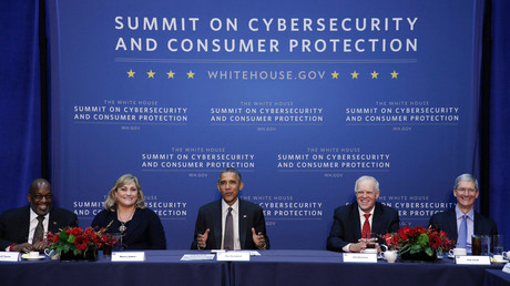 Barack Obama auf dem Überwachungsgipfel mit Wirtschaft und Wissenschaft: an der Stanford University im Februar 2015. Von links nach rechts: Bernard Tyson (Kaiser Permanente), Renee James (Intel), Obama,  John Hennessy (Stanford) und Tim Cook (Apple).