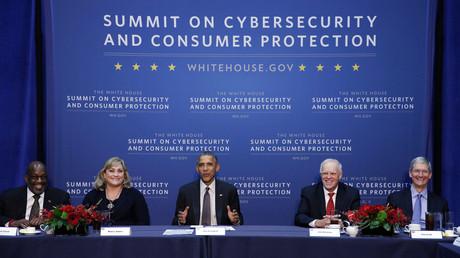 Barack Obama auf dem Überwachungsgipfel mit Wirtschaft und Wissenschaft: an der Stanford University im Februar 2015. Von links nach rechts: Bernard Tyson (Kaiser Permanente), Renee James (Intel), Obama,  John Hennessy (Stanford) und Tim Cook (Apple).