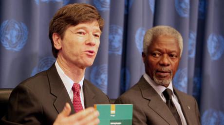 Jeffrey Sachs und UN-Generalsekretär Kofi Annan (rechts) im UN-Hauptquartier in New York, Januar 2005.