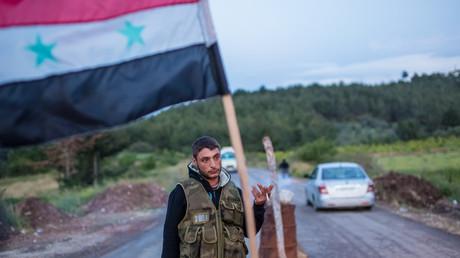 Syrischer Soldat an der Grenze zur Türkei