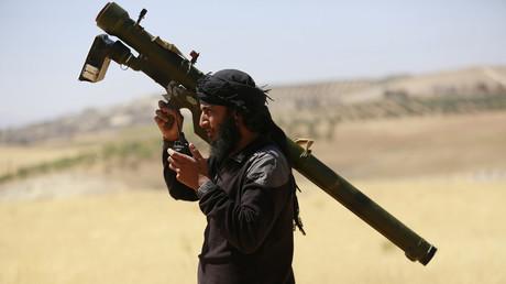 Terrorist der al-Nusra-Nusra-Front mit einer modernen Boden-Luft-Rakete an der Al-Khazan-Front, im Norden von Idlib, Mai 2014.