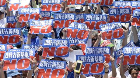 35.000 Demonstranten protestieren gegen die neue US-Militärbasis in der Regionalhauptstadt Naha auf Japans südlichen Insel Okinawa, 17. Mai 2015.